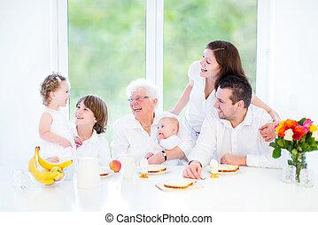 família,  grandmothe, jovem, seu, divertimento, pequeno almoço, tendo, Feliz
