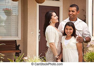 família, hispânico, seu, frente casa, pequeno, feliz