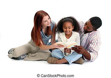 família interracial, leitura, junto