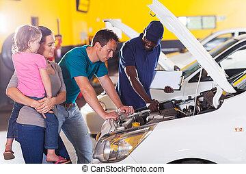família jovem, levando, seu, car, para, reparar