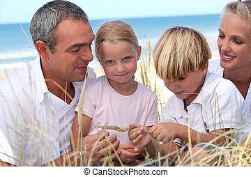 família jovem, praia