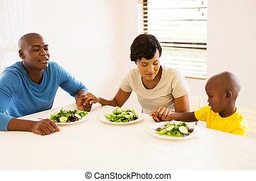 família, jovem, refeição, africano, orando, tendo, antes de