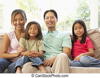 família jovem, relaxante, ligado, sofá, casa