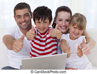família, laptop, cima, polegares, lar, usando