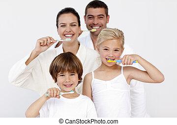 família, limpeza, seu, dentes, em, banheiro