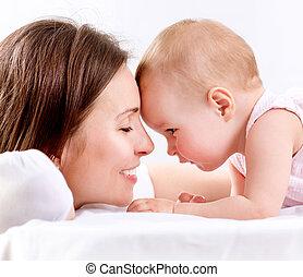 família, mãe, bebê, beijando, hugging., feliz