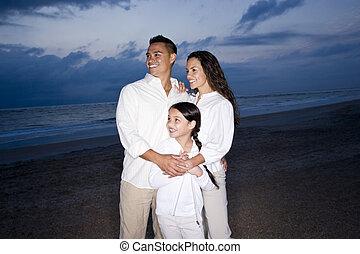 família, mid-adulto, hispânico, sorrindo, praia, alvorada