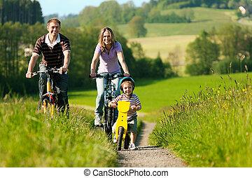 família, montando, bicycles, em, verão