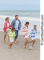 família, pais, jogar crianças, futebol praia, futebol