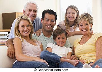 família prolongada, em, sala de estar, sorrindo