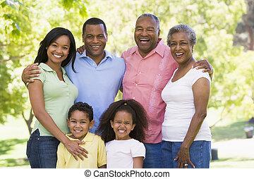família prolongada, ficar, parque, sorrindo