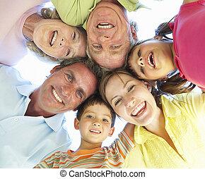 família prolongada, grupo, olhando baixo, em, câmera
