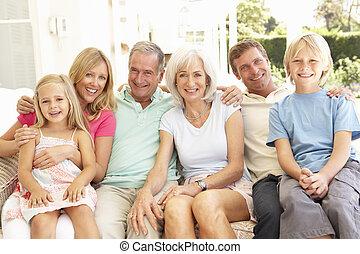 família prolongada, relaxante, junto, ligado, sofá