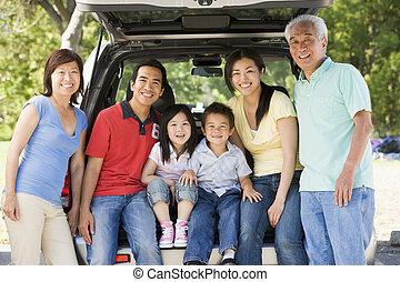 família prolongada, sentando, em, tailgate, de, car