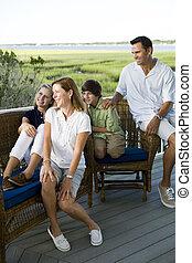 família quatro, sentar-se, ao ar livre, ligado, terraço
