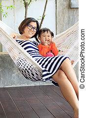 família, relaxante, tempo, jovem, cradl, mãe, branca, criança, roupas