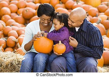 família, segurando, pumpkins.