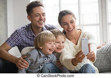 família, selfie, junto, crianças, alegre, rir, levando