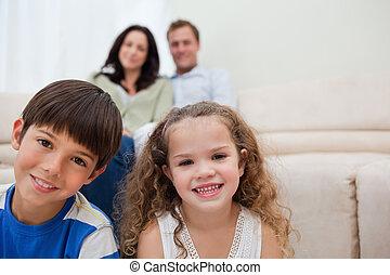família, sentando, em, a, sala de estar