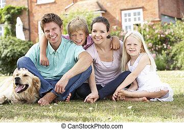 família, sentando, em, jardim, junto