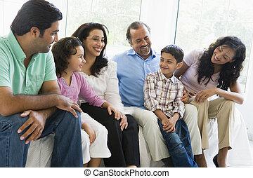 família, sentando, em, sala de estar, sorrindo, (high, key)
