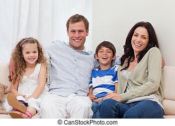 família, sentar-se couch, junto