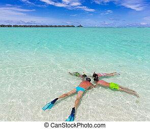 família, snorkeling, em, mar