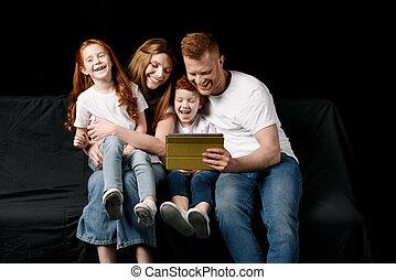 família, tabuleta, isolado, pretas, digital, usando, feliz