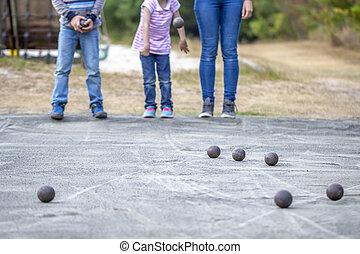 família, tocando, com, bolas, ao ar livre