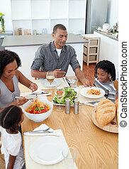 famiglia amorosa, cenando, insieme