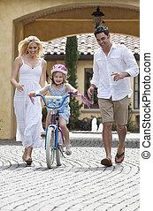 famiglia, &, bicicletta, genitori, sentiero per cavalcate, ragazza, felice