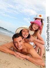 famiglia, collocare giù, ritratto, spiaggia, sabbioso