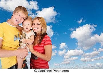 famiglia, con, ragazzo, bianco, lanuginoso, nubi, in, cielo blu, collage