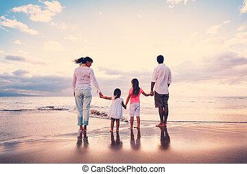 famiglia, divertimento, su, spiaggia, a, tramonto