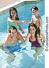famiglia, due, gioco, felice, bambini, stagno, nuoto