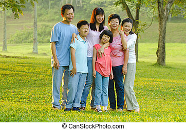 famiglia estesa, standing, fuori, sorridente