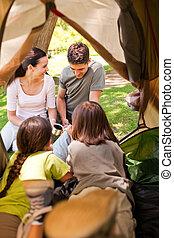 famiglia felice, campeggio, parco