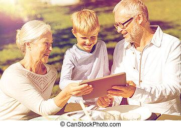 famiglia felice, con, pc tavoletta, fuori