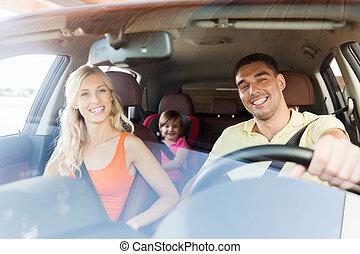 famiglia felice, con, piccolo bambino, guida, automobile