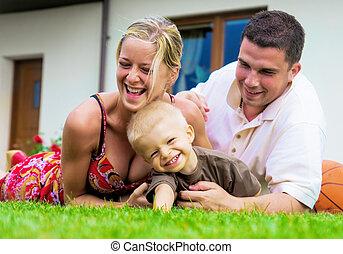 famiglia felice, davanti, il, casa