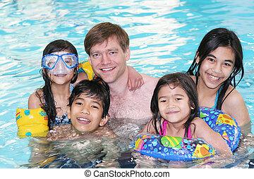 famiglia, felice, nuoto