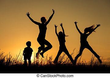 famiglia felice, standing, in, il, park.