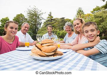 famiglia, fuori, mangiare, esteso