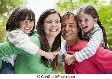 famiglia, fuori, sorridente