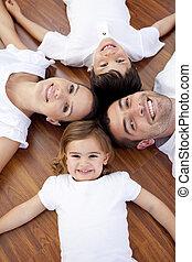 famiglia, giacendo pavimento, con, teste insieme