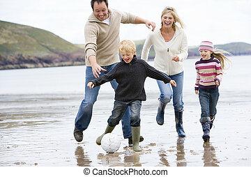 famiglia, gioco soccer, a, spiaggia, sorridente