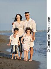 famiglia, giovane, tramonto, divertirsi, spiaggia, felice