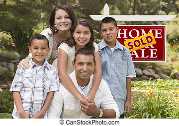 famiglia hispanic, davanti, venduto, segno proprietà reale