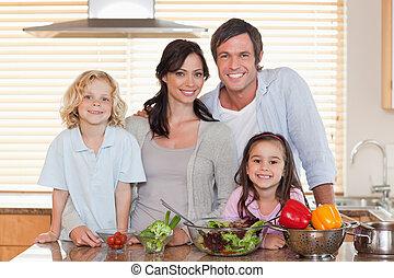 famiglia, insalata, insieme, preparare