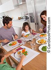 famiglia mangiando, cena sana